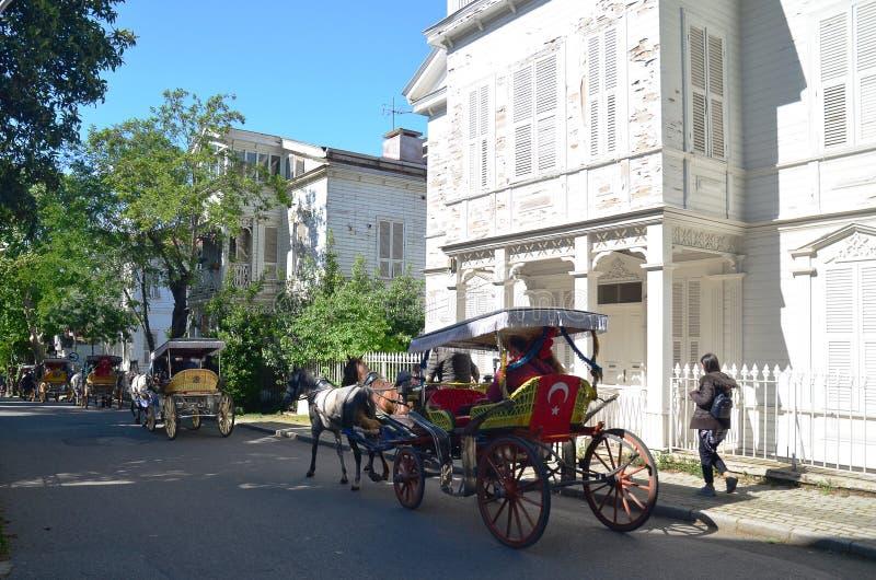 Buyukada, COSTANTINOPOLI, TURCHIA - 12 maggio 2018: Le vetture tradizionali stanno portando la gente fotografie stock libere da diritti