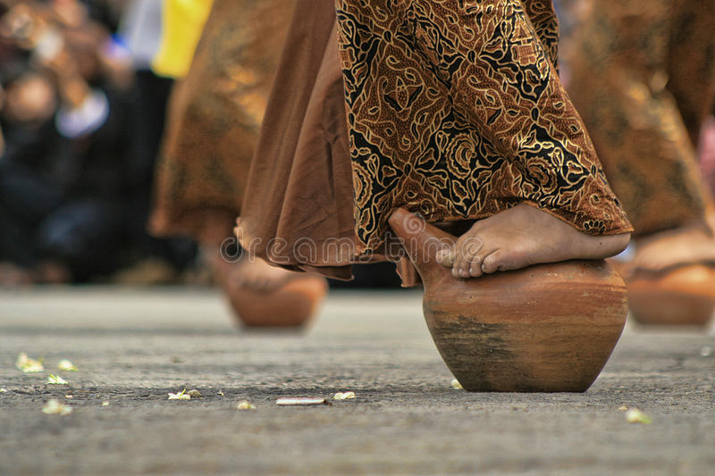 Buyungs-Tanz seren herein das kuningan taun stockfotografie
