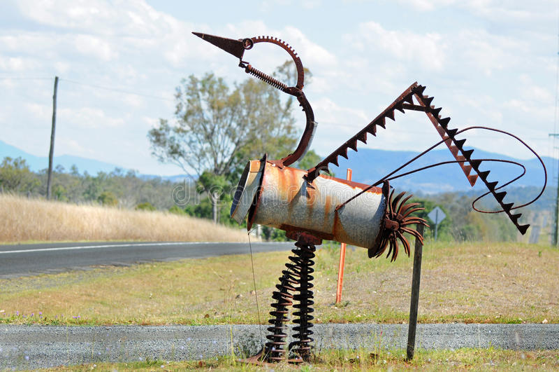 Buzón australiano único de la escultura del emú del pájaro hecho de la chatarra imagen de archivo