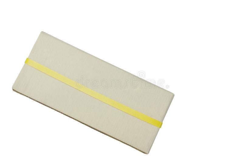 Buzón de papel duro de Brown envuelto por la banda plástica amarilla en el fondo blanco foto de archivo libre de regalías