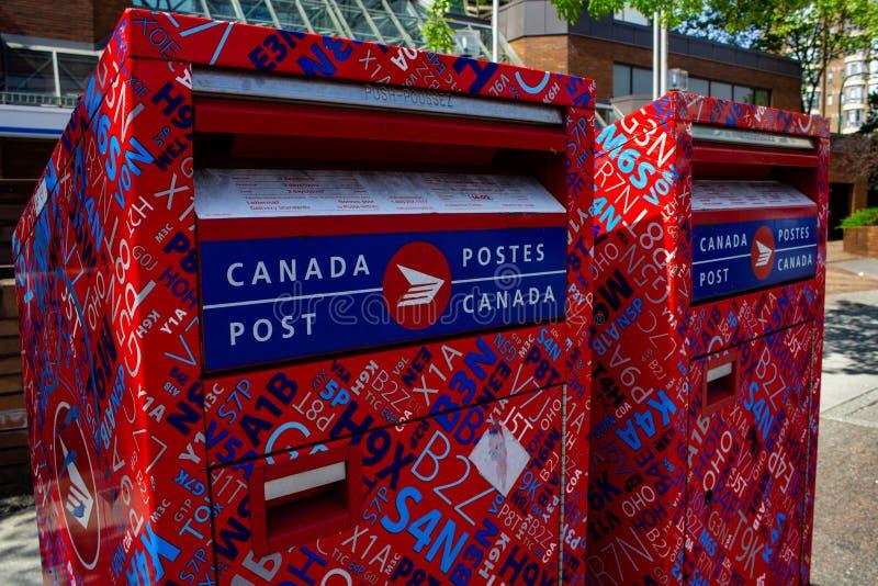 Buzón del poste de Canadá en una esquina de calle imagenes de archivo