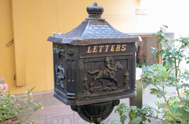 Buzón para las letras y los paquetes Caja de acero, antigua La inscripción 'letras ', e imágenes del cartero en un caballo imagenes de archivo