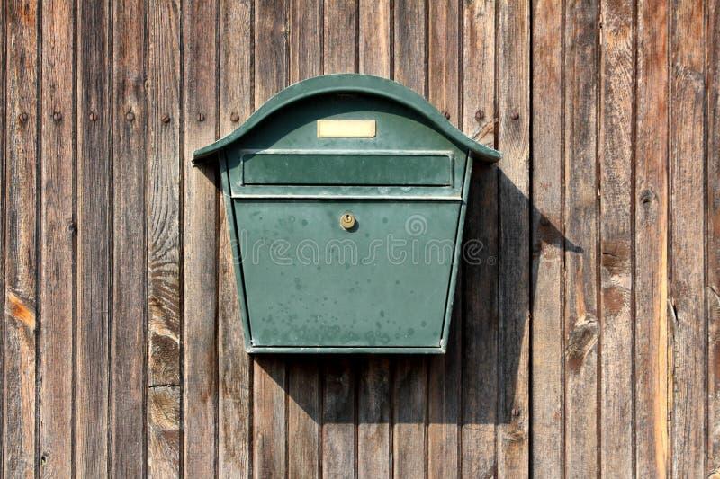 Buzón retro del vintage verde oscuro del metal con la cerradura montada en la pared del granero de los tableros de madera foto de archivo libre de regalías