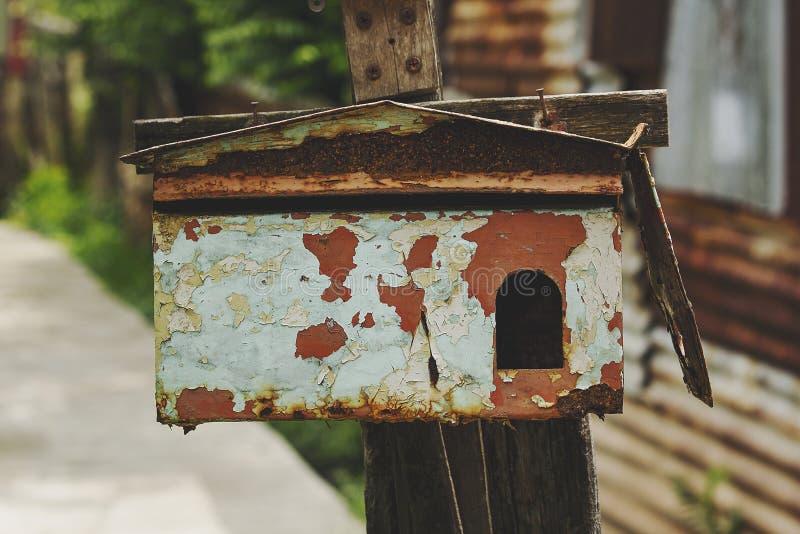 Buzón viejo que el color comenzó a pelar apagado foto de archivo