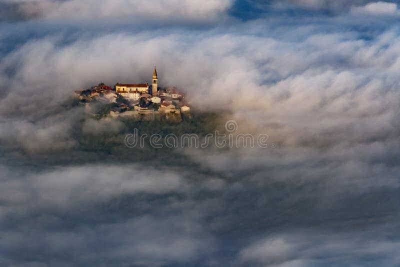 Buzet oude stad, Kroatië over ochtendwolken royalty-vrije stock afbeeldingen