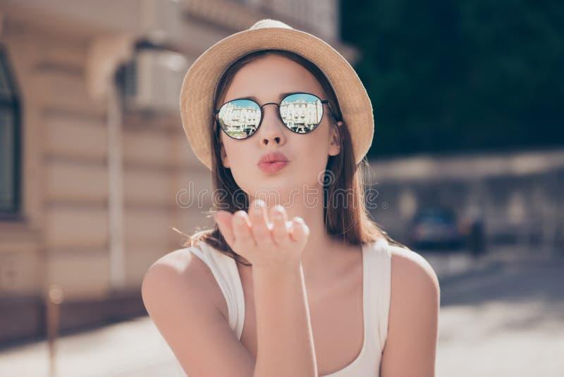 Buziak dla ciebie! Szczęśliwa beztroska dziewczyna na wakacje wysyła powietrze obrazy stock
