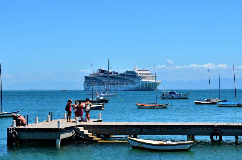 Buzios, Brasilien - 24. Februar 2013 Kreuzfahrtjahreszeit in Brasilien stockbilder