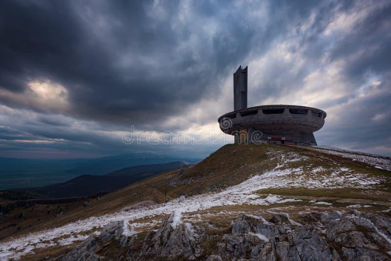 从Buzludzha的日落,在希普卡镇附近,保加利亚 免版税库存图片