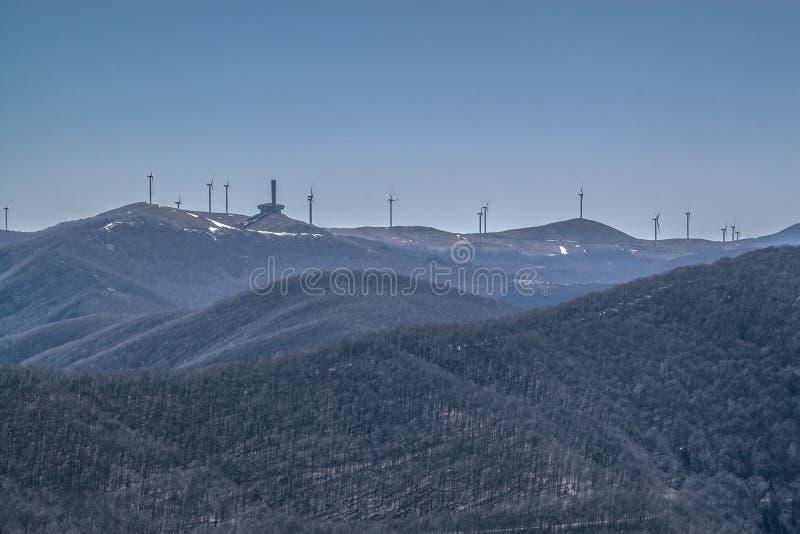 Buzludzha и ветрянки стоковое изображение rf