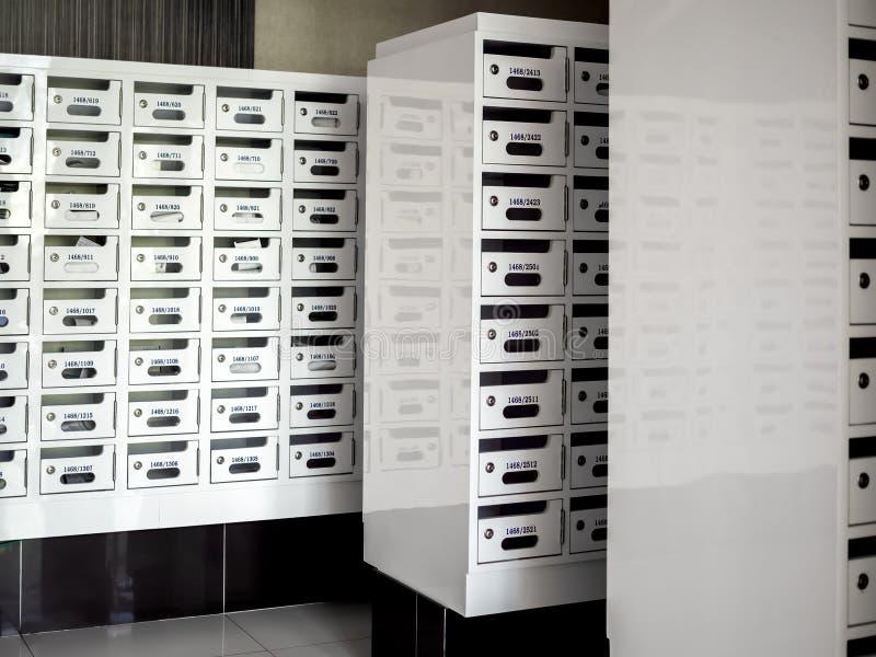 Buzones blancos del paquete del poste Buzones del armario de la entrega fotografía de archivo