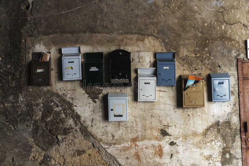 Buzones colocados caótico en una pared vieja en Palermo, Italia imágenes de archivo libres de regalías