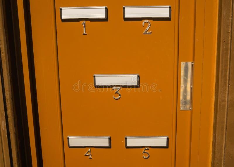 Buzones en puerta imagenes de archivo