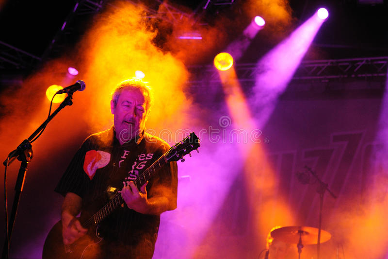 Buzzcocks (英国庞克摇滚乐带)执行在2012年7月14日的小谎在Benicassim,西班牙 库存照片