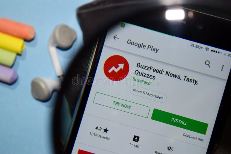 BuzzFeed: Noticias, app sabroso del revelador de los concursos con magnificar en la pantalla de Smartphone foto de archivo