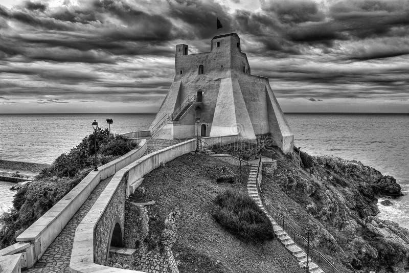 BW башни Truglia рыбацкого поселка Sperlonga итальянский стоковые изображения rf
