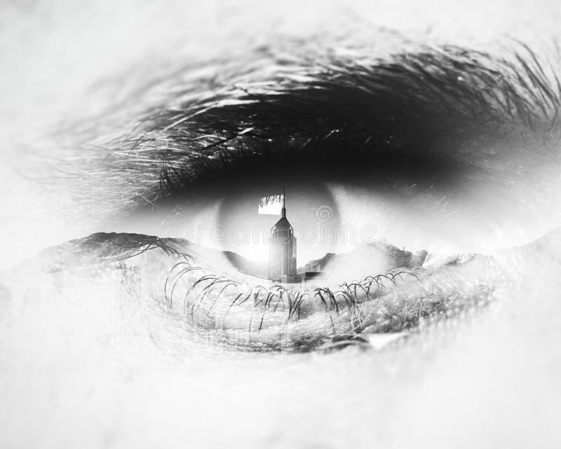 Bw close-up van menselijk oog met visuele gevolgen stock fotografie