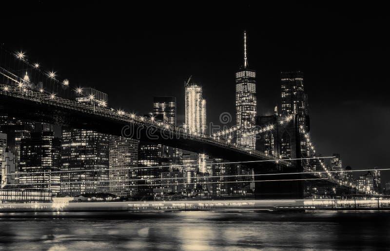 BW-Foto Brooklyn-Brücke und Manhattan-Skyline-Nacht, New York City stockfotografie