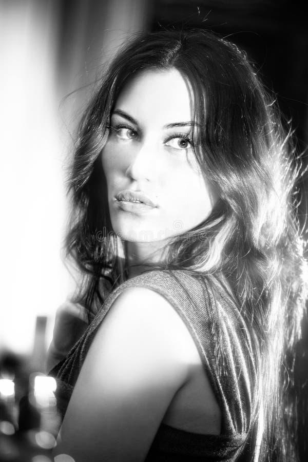 Bw-Portrait des attraktiven Brunettemädchens stockbilder