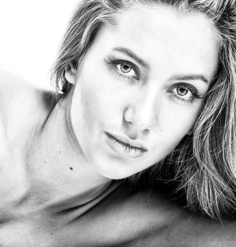 Bw-Portrait des attraktiven Mädchens über Weiß lizenzfreies stockbild