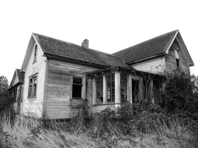 bw spökat hus arkivbild