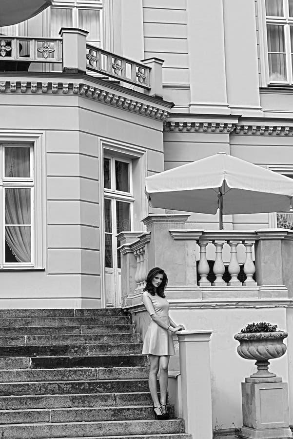 BW wizerunku rocznika pałac z różową kobietą na schodkach, obrazy royalty free