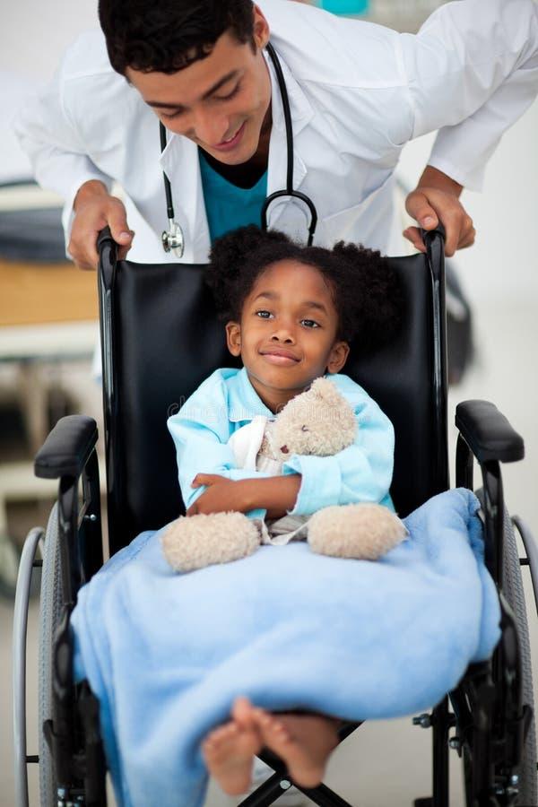 być dbającymi dziecka lekarki potomstwami obrazy royalty free