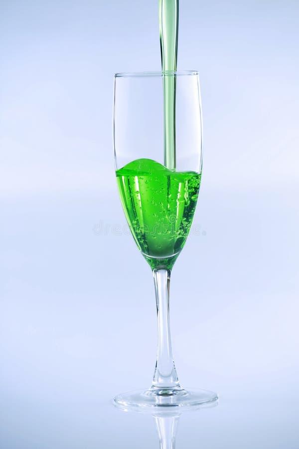 być napoju zielonym cieczem nalewającym zdjęcie royalty free