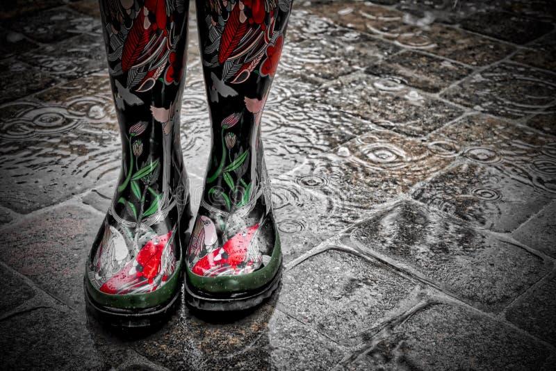 Być ubranym Dekoracyjnych Czerwonych Podeszczowych buty w deszczu na brukarzach zdjęcia royalty free