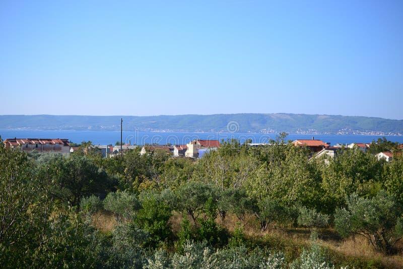 Byar runt om splittring med havssikt, Dalmatia, Kroatien arkivfoto