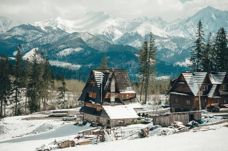 Byberg Stad av Zakopane-Polen, det bergiga landskapet av de Tatra bergen royaltyfri fotografi