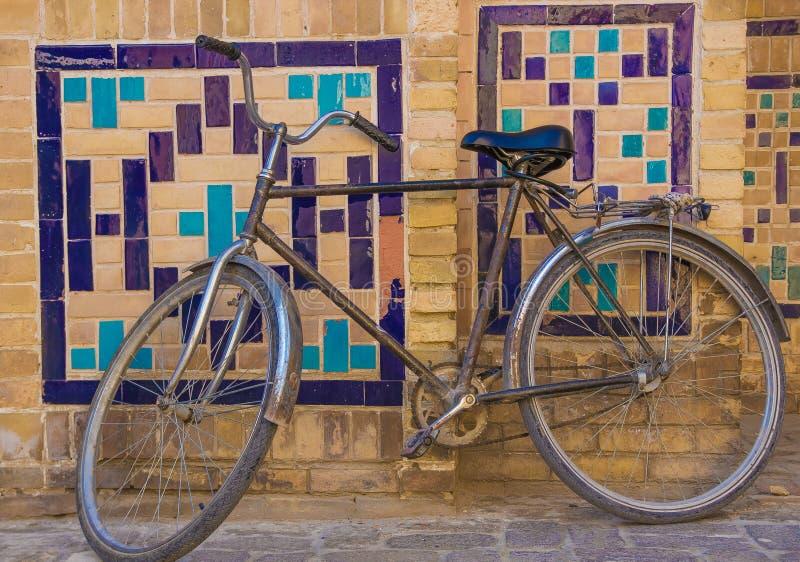 Bycicle около стены с традиционным флористическим украшением мозаики, стоковое изображение rf