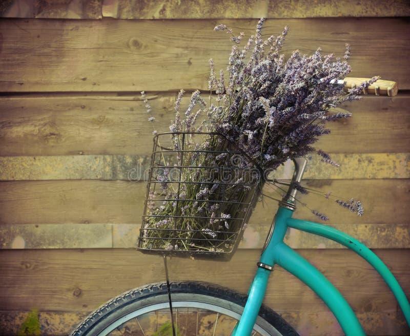 Bycicle d'annata con il canestro con lavanda immagine stock libera da diritti