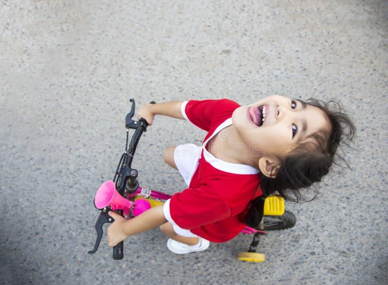 bycicle da equitação da menina na rua fotografia de stock