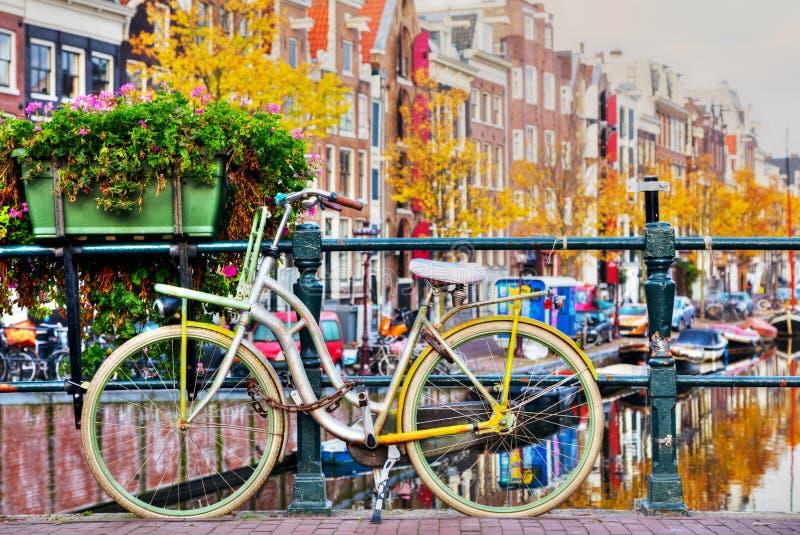 Bycicle parkował przy mostem obraz royalty free