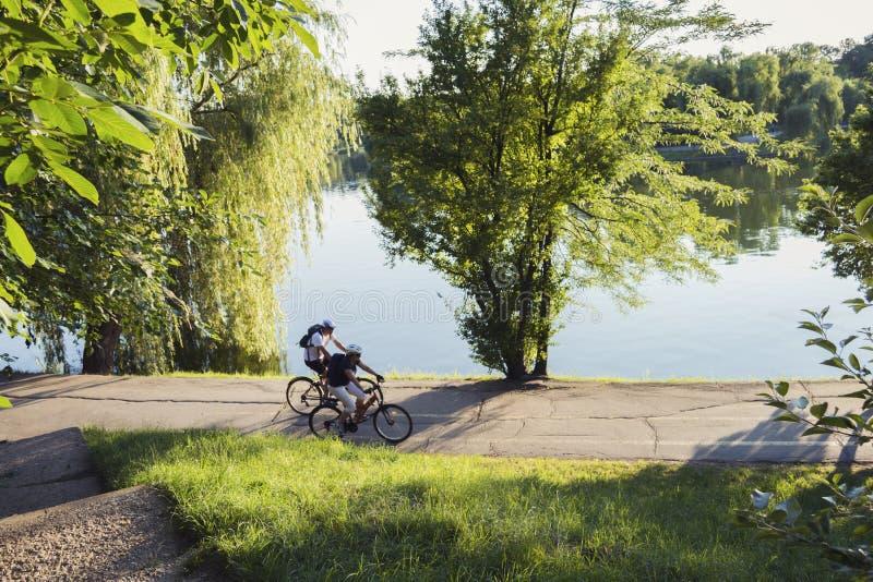 Bycicles людей ехать в парке стоковая фотография