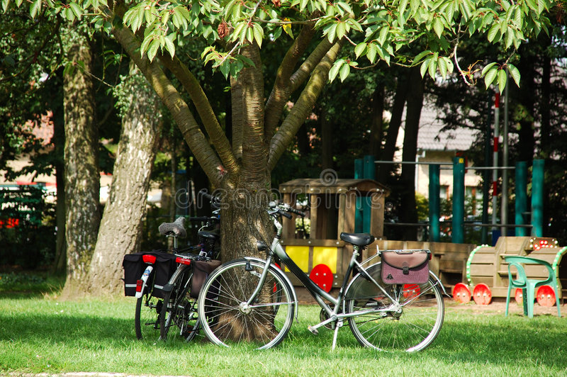 Download Bycicles parcheggiati. fotografia stock. Immagine di estate - 211156