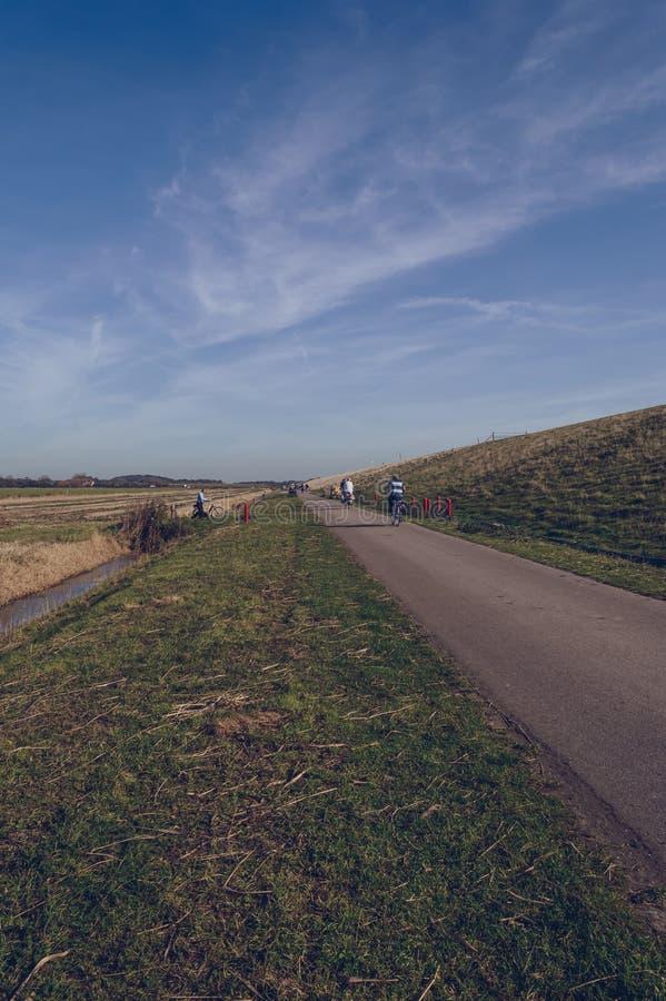 Bycicles ruch drogowy na drodze Texel przy weekendem obrazy stock