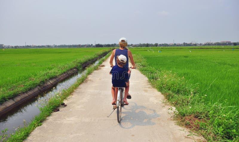 Bycicleturen royaltyfri fotografi