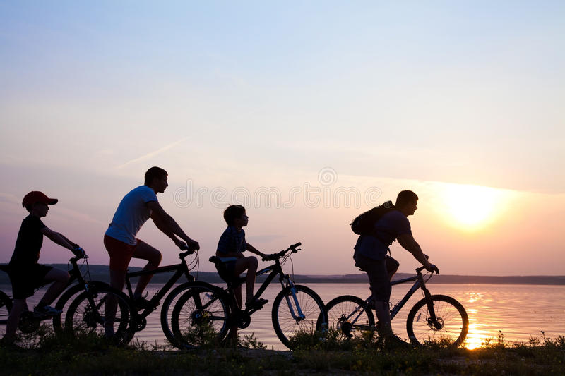 Bycyclist am Sommersonnenuntergang stockfotos