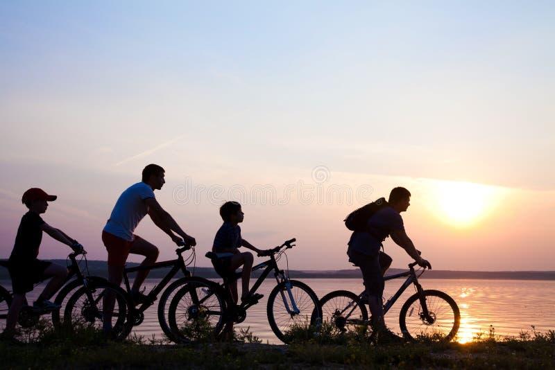 bycyclistsommarsolnedgång arkivfoton