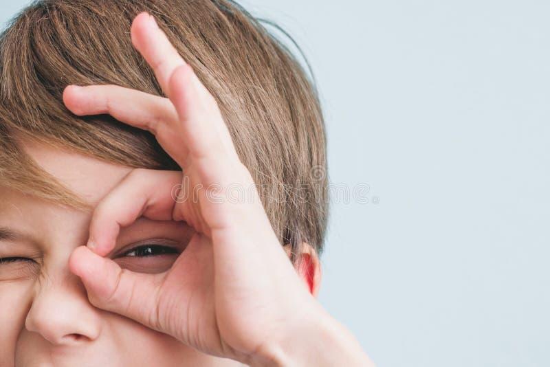 Bycza chłopiec przedstawień szakla jego szkła z jego palec obraz royalty free