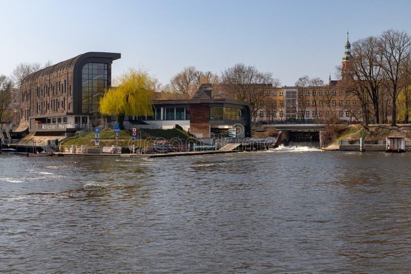 Bydgoszcz kujawsko-pomorskie/Polen - April, 4, 2019: Byggnader på ön i centret Gamla lager och ett modernt arkivfoton