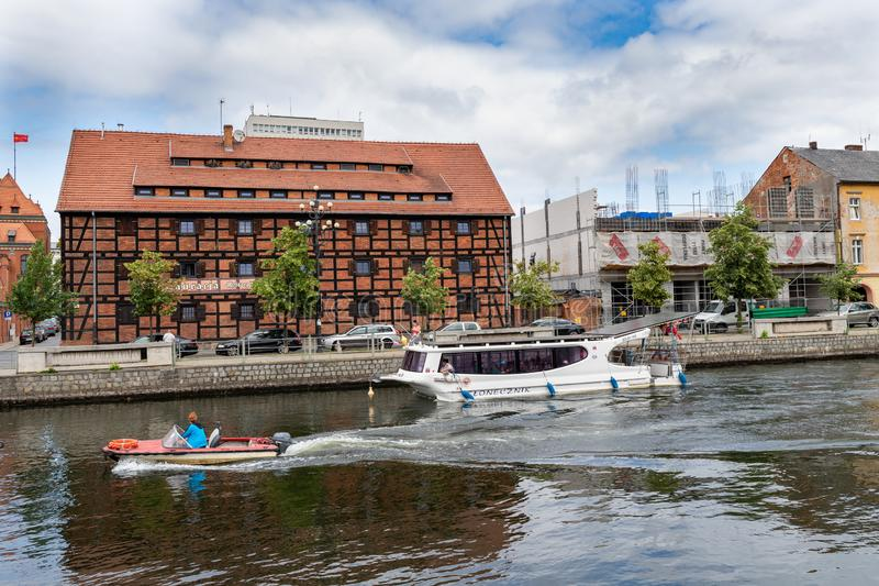 Bydgoszcz, kujawskopomorskie/Polônia - 27 de junho de 2019: Construções históricas bonitas no rio de Brda Cortiços e moderno velh foto de stock royalty free