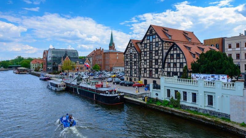 Bydgoszcz Polen - Maj 8, 2016; Gamla stad och spannmålsmagasin vid bet arkivfoto