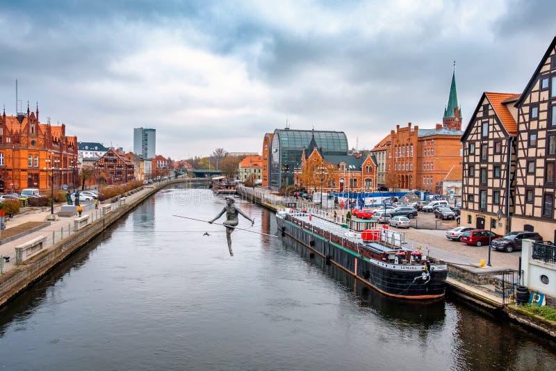 BYDGOSZCZ, POLONIA, IL 25 NOVEMBRE 2018: Argine della città polacca di Bydgoszcz in autunno, statua fotografia stock