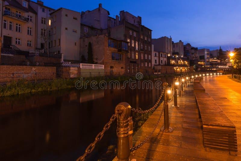Bydgoszcz w Polsce Widok nocny Promieniste kanały rzeki Brda przepływające przez centrum miasta Starohistoryczna fabryka i zdjęcia stock
