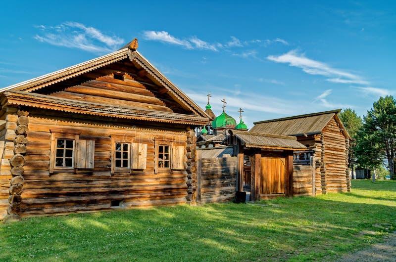 Bygata i sommaren Tr?journalkojor i den Siberian byn Ethnographic frilufts- museum ?Taltsy ?, Tr?arkitektur royaltyfri foto