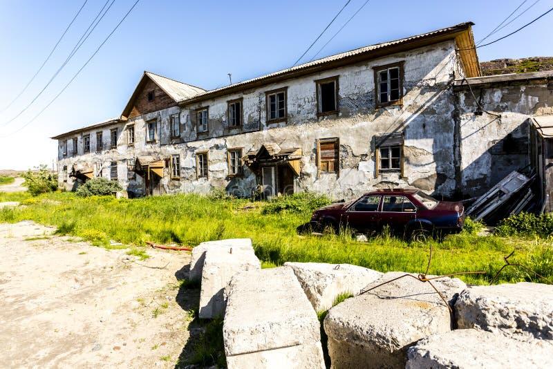 Bygata i Teriberka, en lantlig lokalitetby en selo i det Kolsky området av Murmansk Oblast, Ryssland arkivbild