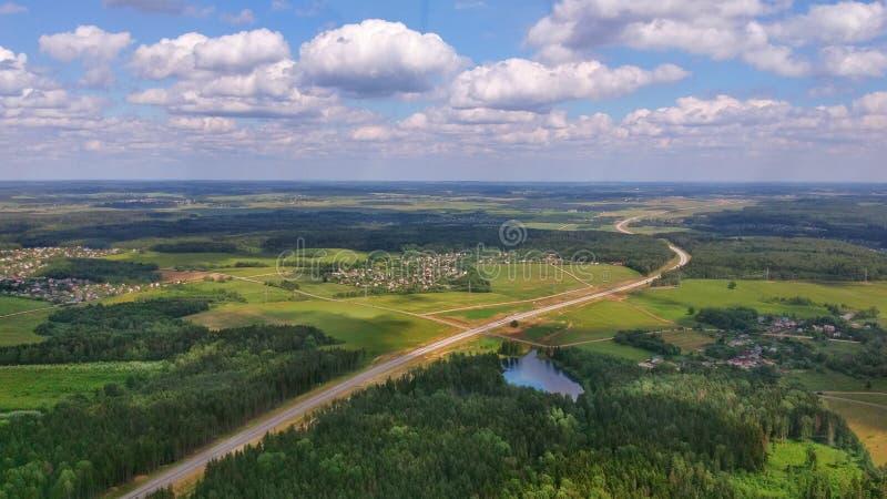 Bygd och motorway från en helikopter arkivfoton