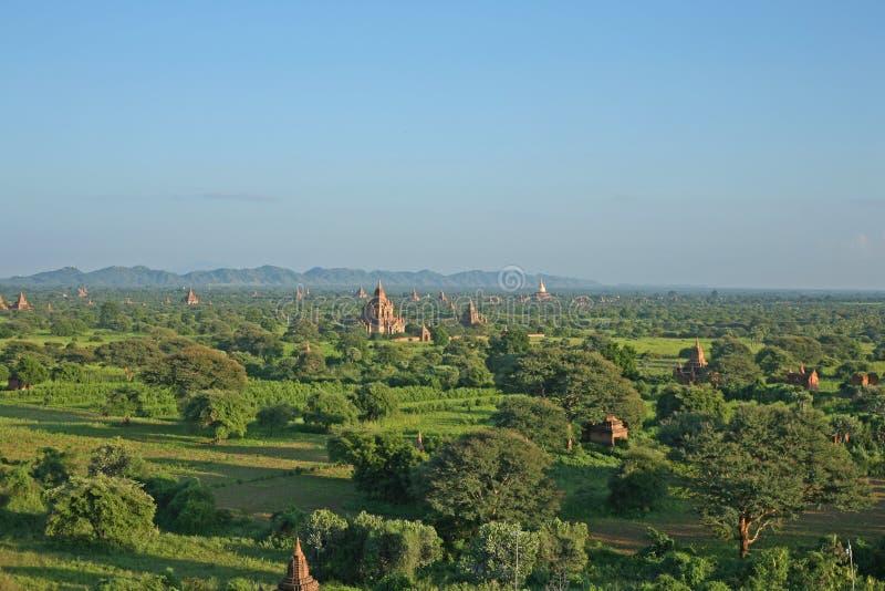 Bygden som prickas med stupas och pagoder i Bagan, Myanmar arkivbilder